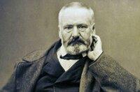 Das klassische Bild, das wir heute von Victor Hugo haben: der ernste Schriftsteller mit Halbglatze und Vollbart. Doch das war nicht immer so. Diese Dokumentation zeigt die Entwicklung Hugos vom konservativen Politiker zum volksnahen Schriftsteller.
