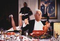 Als Belohnung für die Erschießung des 1000. Drogendealers erhält Lt. Frank Drebin (Leslie Nielsen, l.) eine Einladung zum Abendessen beim Präsidenten. Mit seinen schlechten Tischmanieren verärgert er Frau Präsident ...