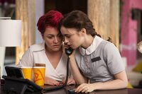 Als Greg plötzlich wieder in Rosies (Lily Collins, r.) Leben auftaucht, sucht sie Rat bei ihrer Freundin (Jaime Winstone, l.). Doch eigentlich muss sie Katies Vater eine Chance geben, seine Tochter kennenzulernen ...