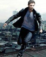 Jeremy Renner (Aaron Cross).