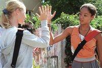 Klara (Giovanna Winterfeldt, re.) mit ihrer Freundin Silvie (Klara Dietze, li.)