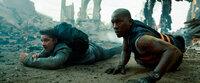 Riskieren ihr Leben, um Chicago aus der Hand der Decepticons zu befreien: Sam Witwicky (Shia LaBeouf, l.) und Robert Epps (Tyrese Gibson, r.) ...