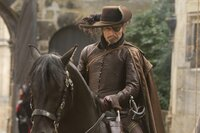Rochefort (Mads Mikkelsen), der Anführer der Truppen des Kardinals Richelieu, muss immer wieder erleben, dass die Musketiere ihm einen Schritt voraus sind, bis es ihm gelingt, D'Artagnans Freundin zu entführen ...