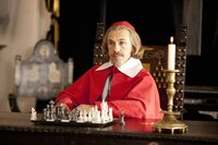 Der machthungrige Kardinal Richelieu (Christoph Waltz) träumt davon, die gesamte Macht in Frankreich an sich reißen. Er spinnt eine ausgeklügelte Intrige, die auch vor einem Krieg nicht zurückschreckt ...