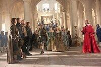 Wegen der erneuten Niederlage seiner Garde veranlasst Kardinal Richelieu (Christoph Waltz, r.) den jungen König Louis (Freddie Fox, 5.v.l.), die Musketiere für eine Bestrafung zu sich zu rufen. Statt eine Strafe auszusprechen, nimmt dieser D'Artagnan (Logan Lerman, l.) bei den Musketieren (Ray Stevenson, 3.v.l., Matthew MacFadyen, 4.v.l., Luke Evans, 2.v.l.) auf ...