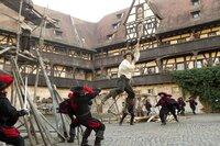 Der waghalsige D'Artagnan (Logan Lerman, M.) ist gerade erst in Paris angekommen, und schon legt er sich nicht nur mit den drei Musketieren, sondern auch mit die Truppen von Fiesling Rochefort an ...