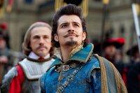 Noch ahnt der selbstverliebte Herzogvon Buckingham (Orlando Bloom, r.) nicht, dass Kardinal Richelieu (Christoph Waltz, l.) ihn gnadenlos dazu benutzt, einen Krieg vom Zaun zu brechen ...