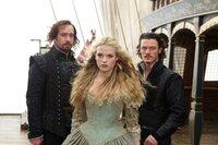 Um Constance (Gabriella Wilde, M.) aus der Gewalt von Rochefort zu befreien, sehen sich Athos (Matthew MacFadyen, l.) und Aramis (Luke Evans, r.) gezwungen, sich auf einen Deal einzulassen: D'Artagnan und die Juwelen gegen Constance ...