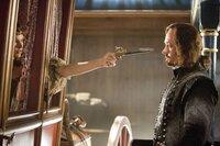 Immer wieder gelingt es M'lady de Winter (Milla Jovovich, l.), Athos (Matthew MacFadyen, r.) zu übertölpeln, doch nicht mehr lange ...