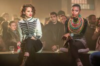 Im Februar 2020 war ARTE zu Gast im Pariser Club Ground Control und traf unter anderem auf die Musikerinnen und Powerfrauen Anna Calvi (li.) und Sisanda Myataza (re.).