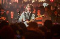 Anna Calvi ist eine queere britische Songwriterin und Gitarristin. Neben ihrer musikalischen Karriere engagiert sie sich stark im Bereich komplexer und streitbarer Haltungen zu Genderfragen.