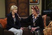 Christy (Anna Faris, l.) macht sich Sorgen um ihre Tochter Violet. Denn die ist seit der Auflösung ihrer Verlobung mit Gregory etwas neben der Spur und sucht mitten in der Nacht Zuflucht bei dessen Mutter Phyllis (Linda Lavin, r.) ...