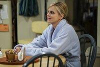 Christy (Anna Faris) kann einfach nicht glauben, dass ihre Tochter Violet Drogen nimmt. Dies nennt Violets Verlobter Gregory jedoch als Grund für seine Entscheidung, die Hochzeit mit ihr abzusagen ...