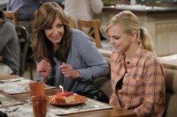 Christy (Anna Faris, r.) freut sich sehr über die Geburtstagsglückwünsche ihrer Freundinnen. Doch Bonnie (Allison Janney, l.) hat noch eine Überraschung für sie parat ...