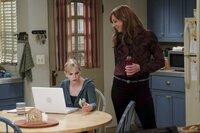 Während Christy (Anna Faris, l.) alles tut, um ein Stipendium für ihr Jurastudium zu bekommen, greift Bonnie (Allison Janney, r.) bei ihrer Enkeltochter mal richtig durch. Denn Violet ist wieder bei ihr und Christy eingezogen ...