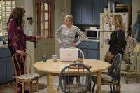Christy (Anna Faris, M.) kann nicht fassen, dass ihre Tochter Violet (Sadie Calvano, r.) schon wieder ausziehen will und einen Job als Black Jack-Dealer angenommen hat. Zu allem Übel scheint Bonnie (Allison Janney, l.), das auch noch für eine gute Idee zu halten ...
