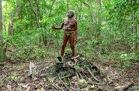 Der Häuptling Alben Reuben vor den Gebeinen seiner Vorfahren im Dorf Lawa