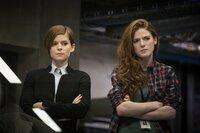 Lee Weathers (Kate Mara, l.); Dr. Amy Menser (Rose Leslie, r.)