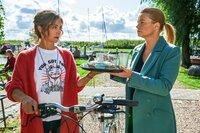 Freundinnen, die immer füreinander da sind: Ella (Annette Frier, r.) übernimmt für Christina (Julia Richter) die Schicht im Café.