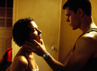 Die deutsche Weltenbummlerin Marie (Franka Potente, l.) verliebt sich in den mysteriösen Jason Bourne (Matt Damon, r.), nicht ahnend, wer er wirklich ist ...