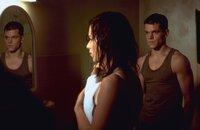 Wer ist Jason Bourne (Matt Damon, r.) wirklich und warum macht die CIA unermüdlich Jagd auf ihn? Kann die junge Weltenbummlerin Marie (Franka Potente, l.) Jason bei der Suche nach Antworten helfen?