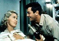Nick Evan (Tony Curtis) benimmt sich wie auf einem Luxusdampfer und entwickelt Talente in seiner Funktion als Versorgungsoffizier. Mit Leutnant Barbara Dugan (Dina Merrill) will er ein Sektgelage feiern.
