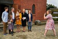 Von links: Ben (Oscar Brose), Klara (Zora Müller), Jannis (Josef Heynert), Christina (Julia Richter) mit Baby, Ella (Annette Frier) und Katrin (Lina Wendel), werden anlässlich der Taufe von Henni (Gisa Flake, r.) fotografiert.