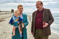 Ella (Annette Frier) muss nicht nur babysitten, sondern auch dringend mit ihrem Chef Hans Kollkamp (Rainer Reiners) sprechen.