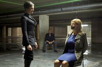 Domina Lady Fire (Dagny Dewath, l.) hat Rechtsmedizinerin Dr. Rosalind Schmidt (Helene Grass, r.) als Geisel genommen.
