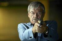 Dr. Schmidt ist in Lebensgefahr, Günter Hoffmann (Wolfgang Winkler) zückt die Pistole.