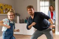 Lisa (Diana Amft, r.) kann es kaum glauben, aber ihre Tochter (Lina und Lisa Schuldeis, l.) hat einen Heidenspaß mit Jochen (Axel Stein, M.) ...