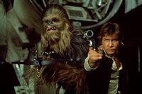 Der Pilot Han Solo (Harrison Ford, r.) und sein Co-Pilot Chewbacca (Peter Mayhew, l.) machen sich auf, die Gerechtigkeit wiederherzustellen ...