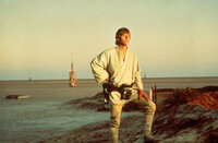 Weil sein Onkel und seine Tante vom Imperium getötet wurden, macht sich Luke Skywalker (Mark Hamill, r.) auf den Weg nach Alderaan ...
