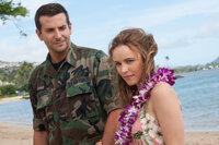 Auf Hawaii trifft Brian (Bradley Cooper, l.) auch wieder auf seine alte Liebe, Tracy (Rachel McAdams, r.). Unglücklicherweise hegt er für die inzwischen verheiratete Frau noch starke Gefühle ...