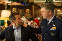 Als Brian (Bradley Cooper, l.) auf seinen alten Vorgesetzten General Dixon (Alec Baldwin, r.) trifft, ahnt er sofort, dass dieser ihm nicht gerade wohlgesonnen ist. Dennoch versucht er alles, um seinen einst guten Ruf wiederherzustellen ...