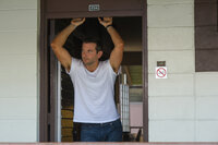 Einst zählte Brian Gilcrest (Bradley Cooper) zu den Toplieferanten für das Militär, auch privat lief alles bestens - bis zu einem Zusammenbruch, der ihn völlig aus der Bahn wirft. Nun erhält er eine zweite Chance auf Hawaii ...