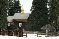 Die Kapelle des Dorfes ist 261 Jahre alt und Kinermas Schmuckstück. Ihre Restaurierung gelang Ende der 1990er mit Spenden aus dem benachbarten Finnland.