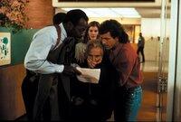 Wollen gemeinsam Geldwäscher Leo Getz (Joe Pesci, M.) hochnehmen: Roger Murtaugh (Danny Glover), Lorna (Rene Russo, M. hinten) und Martin Riggs (Mel Gibson, r.) ...
