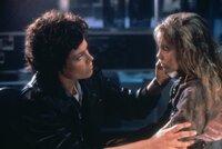 Ripley (Sigourney Weaver, l.) ist fest entschlossen, Newt (Carrie Henn, r.) vor den Aliens zu beschützen ...