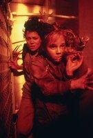 Ripley (Sigourney Weaver, l.) ist zu allem entschlossen, um Newt (Carrie Henn, r.) nicht in die Hände der Aliens fallen zu lassen ...