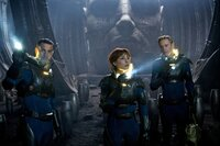 Noch wähnen sich David (Michael Fassbender, r.), Elizabeth (Noomi Rapace, M.) und Charlie (Logan Marshall-Green, l.) in Sicherheit. Doch dann tut sich Grauenvolles in dem riesigen unterirdischen Höhlensystem ...