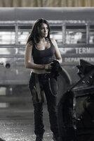 Als Beifahrerin und Bedienerin der Waffen ist Case (Natalie Martinez) bei dem Death Race besonders gefährdet. Wird sie darum auf das hinterhältige Angebot der Direktorin eingehen?
