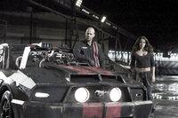 Jensen Ames (Jason Statham, l.) und seine Beifahrerin Case (Natalie Martinez, r.) fassen einen Plan, um dem Death Race zu entfliehen ...