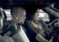 Jensen Ames (Jason Statham, l.) kämpft nicht nur für sich, sondern auch für seine Beifahrerin und Schützin Case (Natalie Martinez, r.) ...