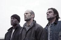 Der Kampf ums Überleben schweißt zusammen, aber inwieweit kann Jensen Ames (Jason Statham, M.) den Mitgefangenen Machine Gun Joe (Tyrese Gibson, l.) und Coach (Ian McShane, r.) vertrauen?