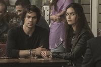 Mitch (Dylan O'Brian, l.); Annika (Shiva Negar, r.)