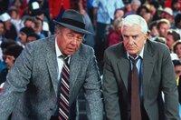 Ed Hocken (George Kennedy, l.) und Frank Drebin (Leslie Nielsen, r.) suchen im weiten Rund des Baseballstadions nach dem Attentäter ...