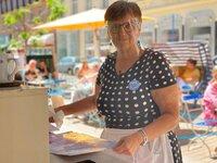 Die Wienerin Karin Hofbauer (62) arbeitet im Rentenalter ? weil sie will, nicht, weil sie muss.