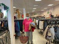 Neue Klamotten für knapp zehn Euro: Rentnerin Hannelore Janke kann sich nur Second-Hand-Kleidung kaufen.