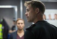 Superintendent John Houseman (James Murray) hält nichts von der Mordtheorie, die DCI Lauren McDonald (Tala Gouveia) ihm vorträgt.